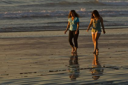 800px-A_Mother_Daughter_team_(presumably)_walk_barefoot_together_on_the_beach